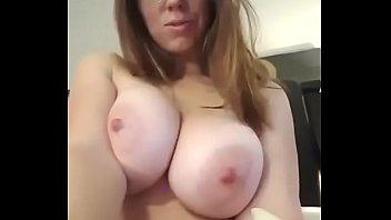 Ruiva peituda exibindo seus peitos grandes nas redes sociais para amigos