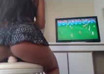 Gostosa se masturbando cavalgando enquanto assisti a Copa do Mundo