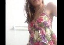 Magrinha ficando peladinha no banheiro filmando tudo com o celular