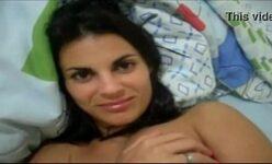 Novinha tarada caiu na net exibindo a bucetinha e o cuzinho Porno Amador