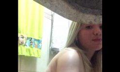 Loira rabuda de quatro se filmando toda gostosa peladinha no banheiro