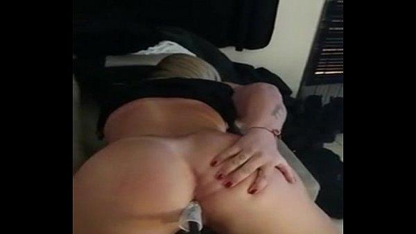 Policial bunduda masturbando o cuzinho com o fuzil