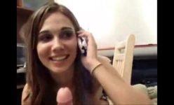 Esposa piranha chupando outro enquanto conversa com o corno no celular