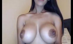Gabriella morena peituda chegou da faculdade cheia de tesão para exibir seus peitões na Web