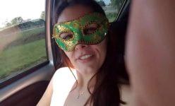 Casada cachorrona peladinha de máscara dentro do carro do amante