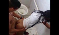 Flagrou casal de novinhos metendo dentro do banheiro da escola