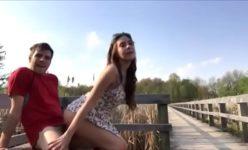 Novinha safadinha transando com o namorado ao ar livre
