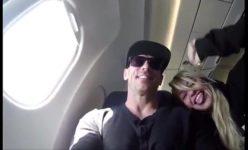 Pagando um boquete no avião para o namorado