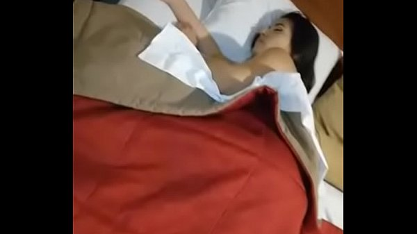 Morena dormiu peladinha toda gostosa na casa do namorado e teve sua bucetinha exibida na internet