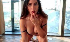 Bella Brookz modelo peituda e bunduda gravou um vídeo sensual toda peladinha