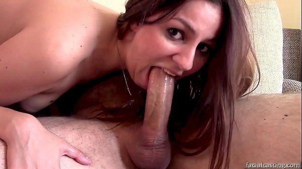Mulher boqueteira mamando um dotado pela primeira vez