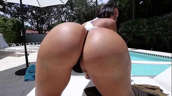 Morena bunduda porno exibindo o bundão gostoso em publico